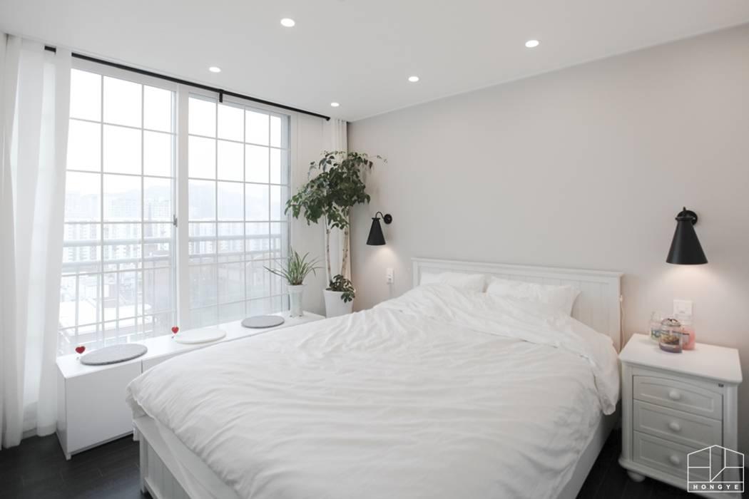 블랙&화이트 모던한 분위기의 평촌 초원2단지대림 아파트 32py 모던스타일 침실 by 홍예디자인 모던