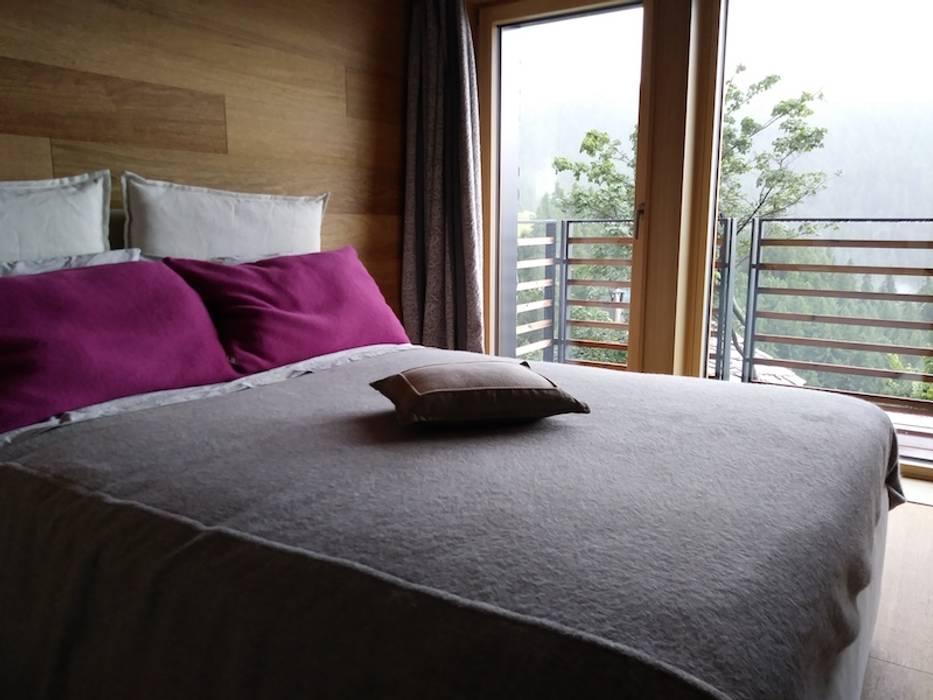 Casa di paglia ecologica e a contatto con la natura: Camera da letto in stile in stile Moderno di Novello Case in Legno