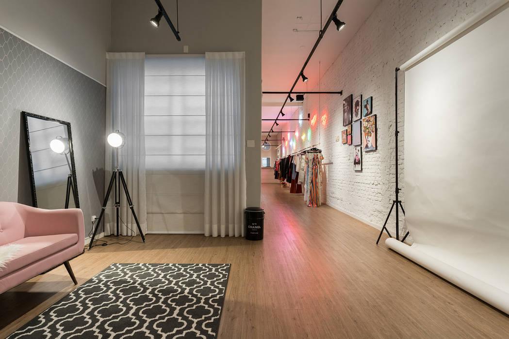 Studio Ideação Ruang Komersial Modern Kayu White