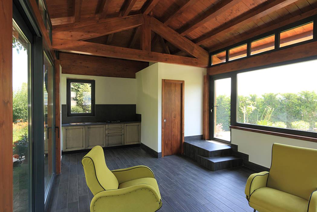 Interno verso l\'angolo cottura e il bagno: soggiorno in stile di ...