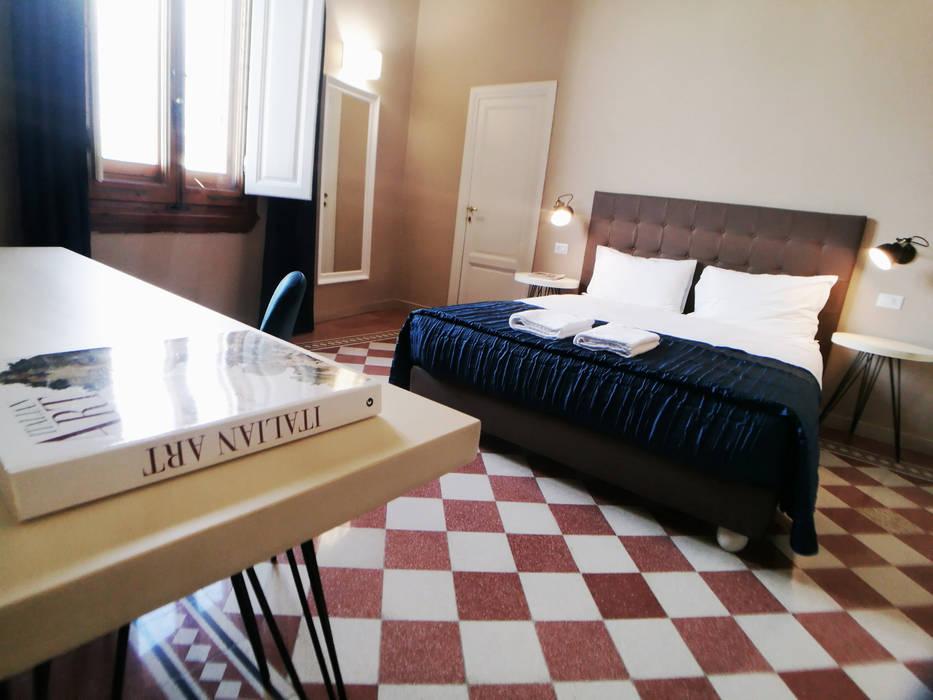 Sette magnifiche Camere con Sette splendidi Bagni: Camera da letto in stile in stile Moderno di Studio Bennardi - Architettura & Design