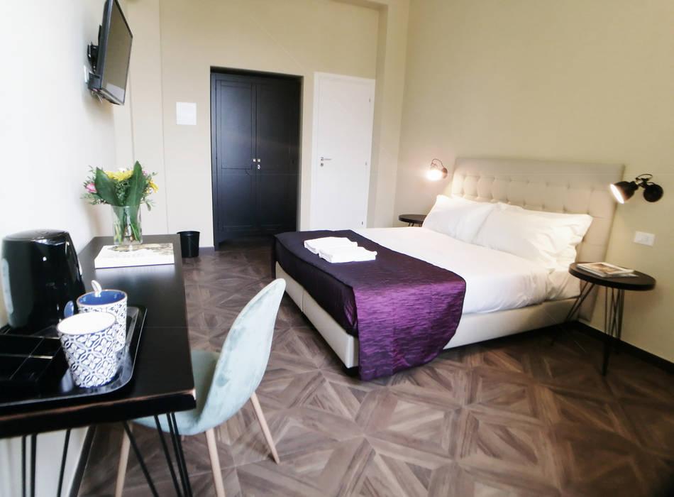 Sette magnifiche Camere con Sette splendidi Bagni: Camera da letto in stile  di Studio Bennardi - Architettura & Design
