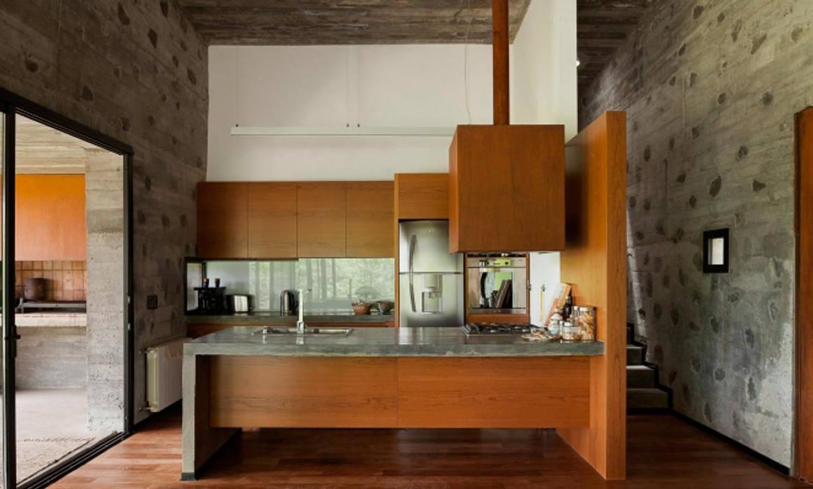 Casa en Santa Mónica: Cocinas a medida  de estilo  por En bruto