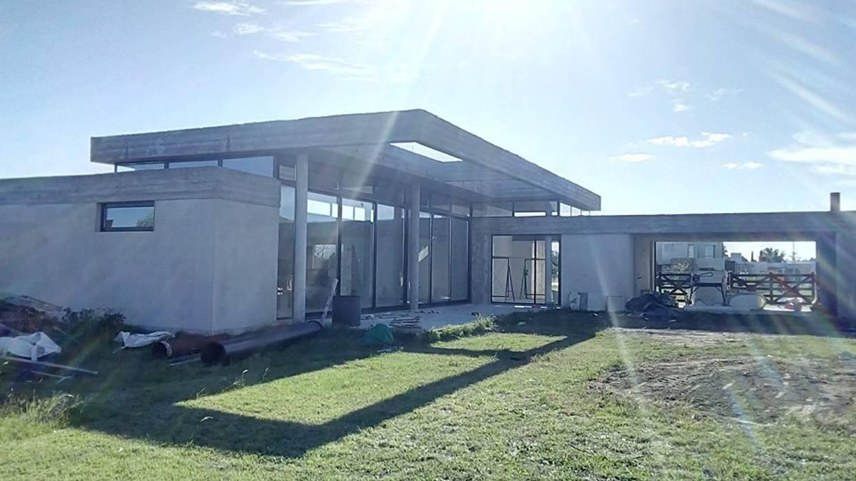 Casa en barrio privado Costaverde, Junin.: Casas unifamiliares de estilo  por TORRETTA KESSLER Arquitectos