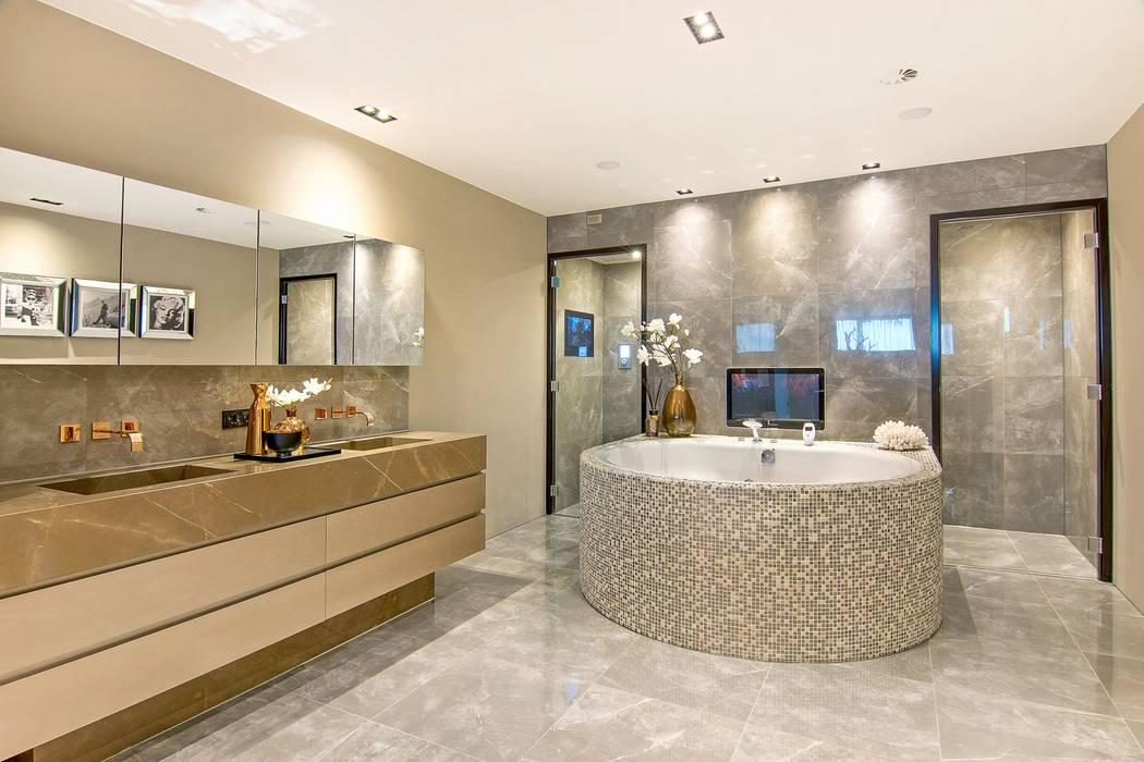 Chique badkamer met stoomcabine en whirlpool ligbad: moderne ...