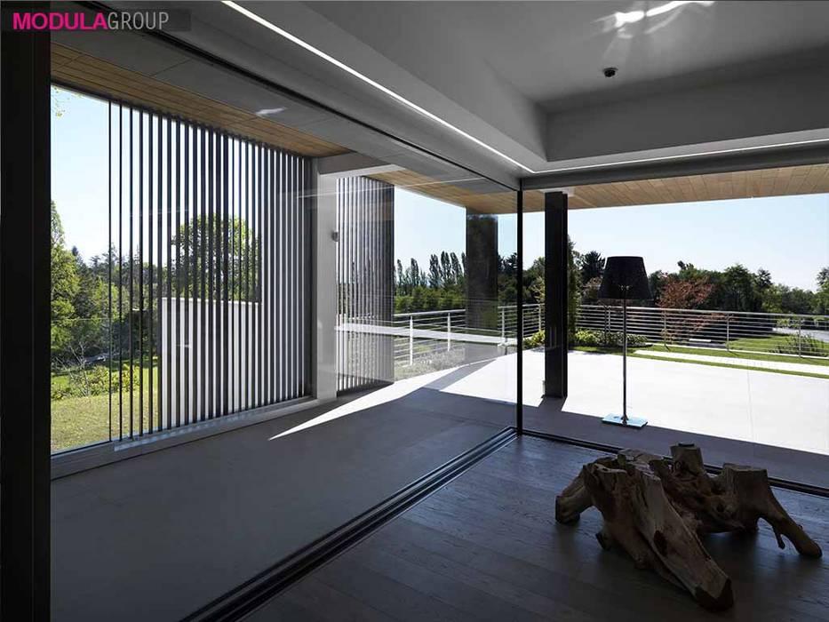 Ampie vetrate : Sala da pranzo in stile  di Modula Group Srl