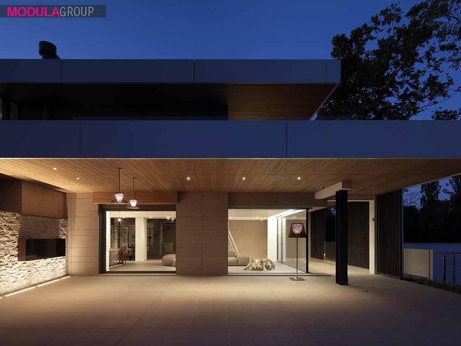 Ampie vetrate: Casa unifamiliare in stile  di Modula Group Srl