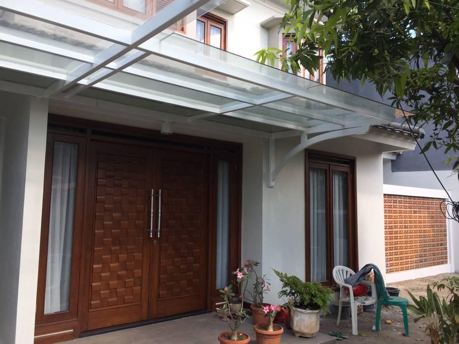 Teras Balkon, Beranda & Teras Modern Oleh Kahuripan Architect Modern Kayu Wood effect