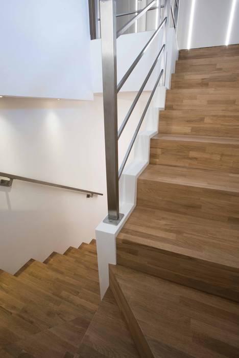 Villa Elisabetta, le scale: Scale in stile  di Progettolegno srl