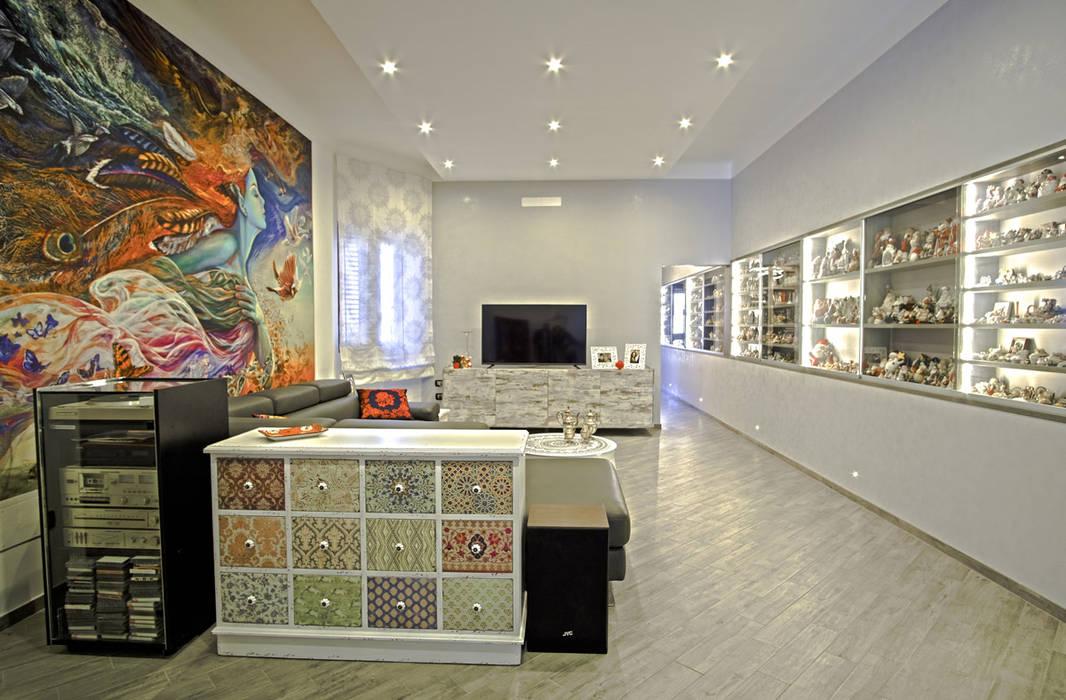 La casa del collezionista -soggiorno-: Soggiorno in stile in stile Eclettico di Rosa Gorgoglione Architetto