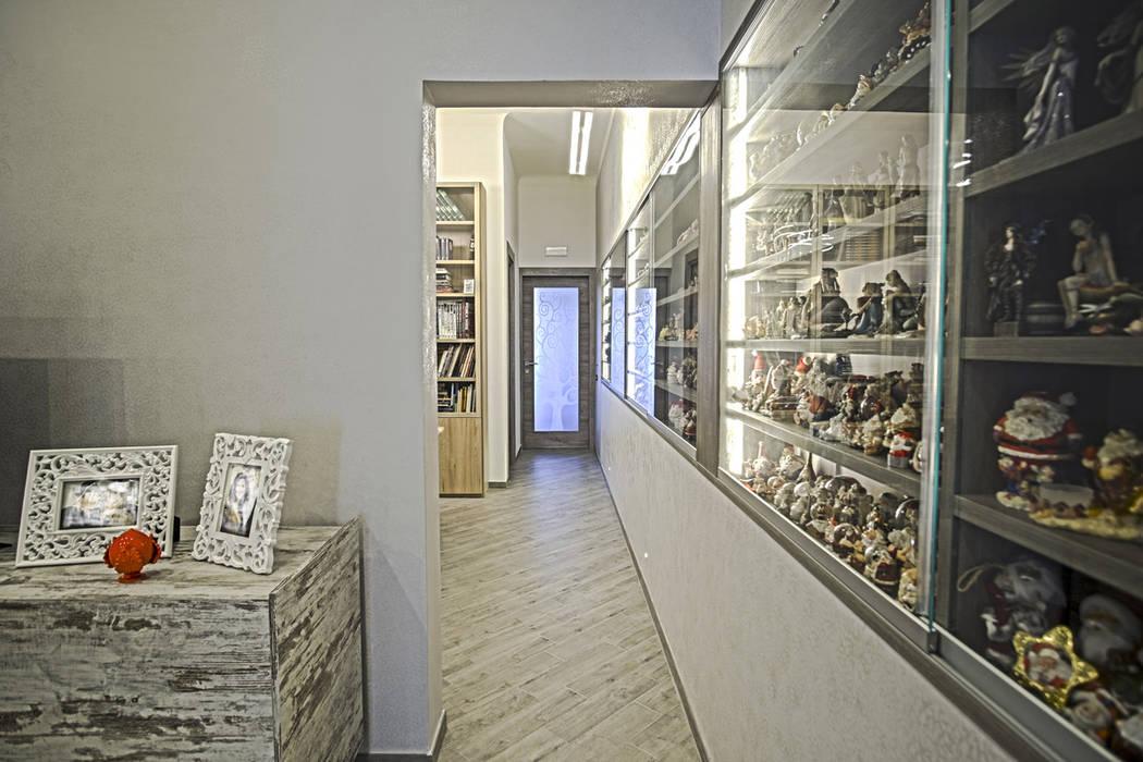 La casa del collezionista -corridoio-: Ingresso & Corridoio in stile  di Rosa Gorgoglione Architetto