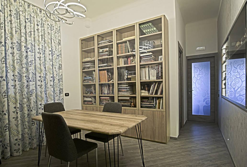 La casa del collezionista -studio-: Studio in stile  di Rosa Gorgoglione Architetto