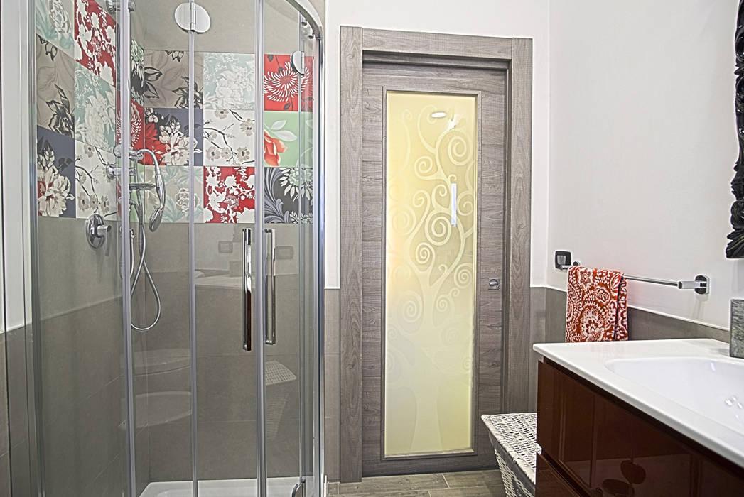 La casa del collezionista -bagno-: Bagno in stile in stile Eclettico di Rosa Gorgoglione Architetto