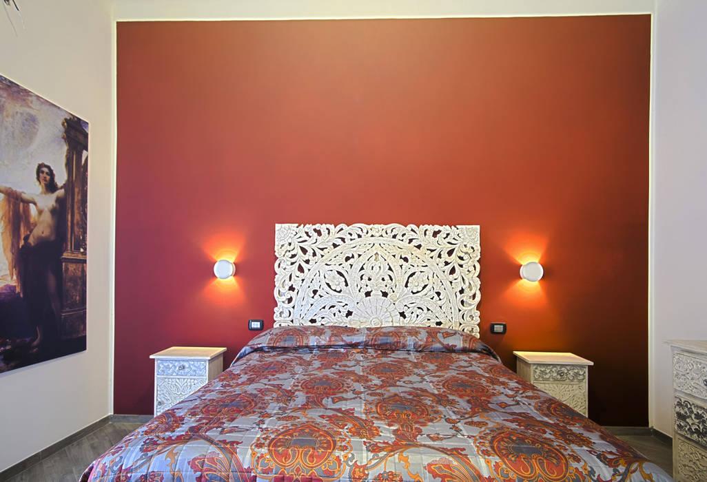 La casa del collezionista -stanza da letto-: Camera da letto in stile in stile Eclettico di Rosa Gorgoglione Architetto