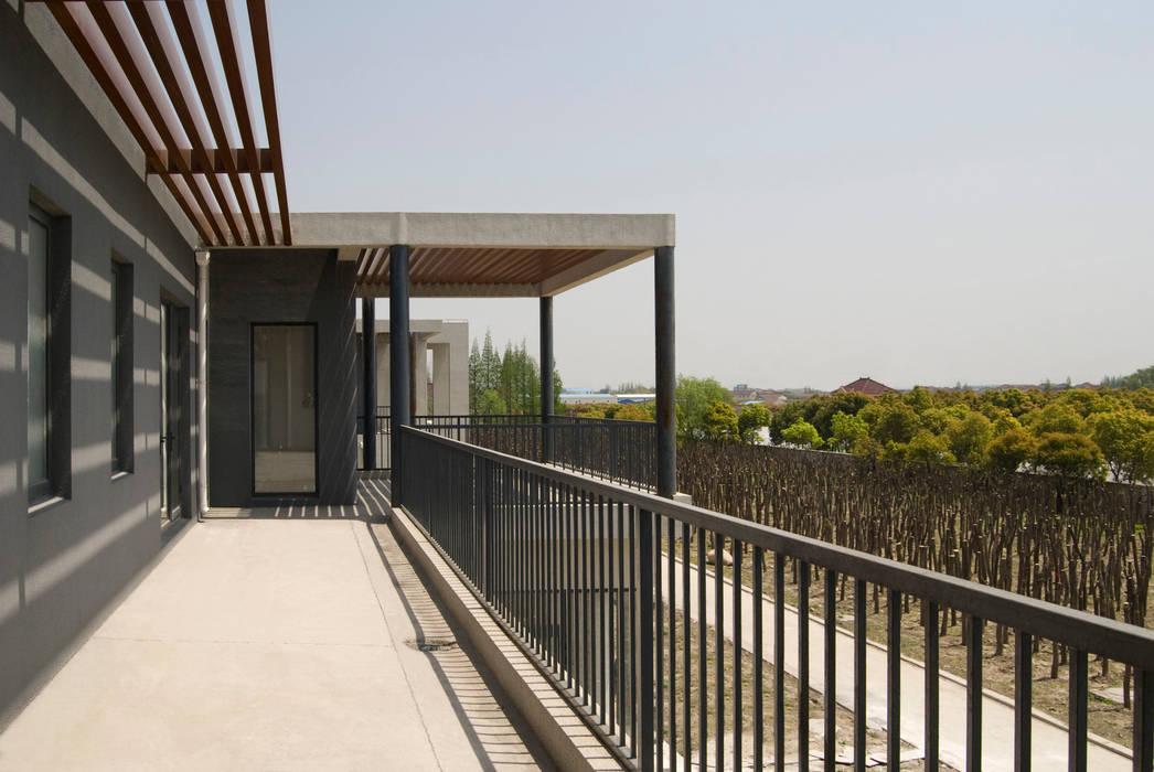 Teras oleh Equilibrium Architecture, Asia Beton