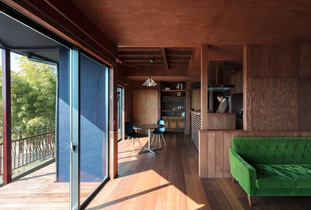 EARTH HOUSE: SQOOL一級建築士事務所が手掛けたリビングです。