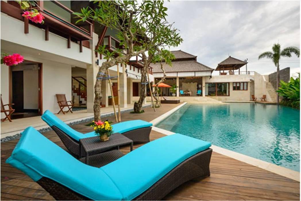 Villa Saya - Pool Deck Area: Kolam renang halaman oleh HG Architect,