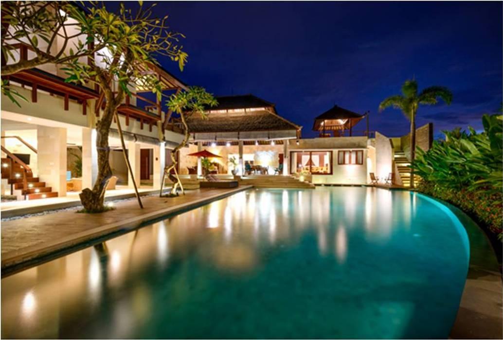 Villa Saya - Pool View at night: Kolam Renang oleh HG Architect,