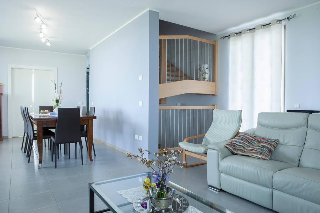 Vista della zona living: Soggiorno in stile in stile Classico di Spazio Positivo