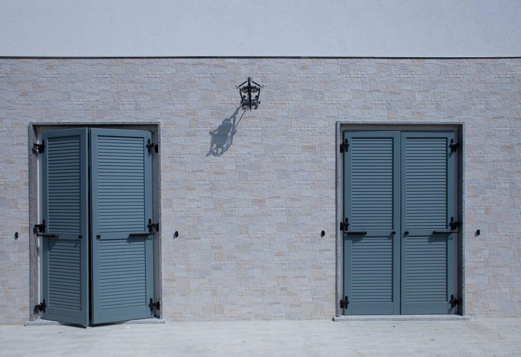Interrato con facciata rivestita: Casa prefabbricata  in stile  di Spazio Positivo