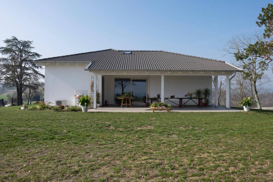 Vista generale del porticato esterno: Casa prefabbricata  in stile  di Spazio Positivo