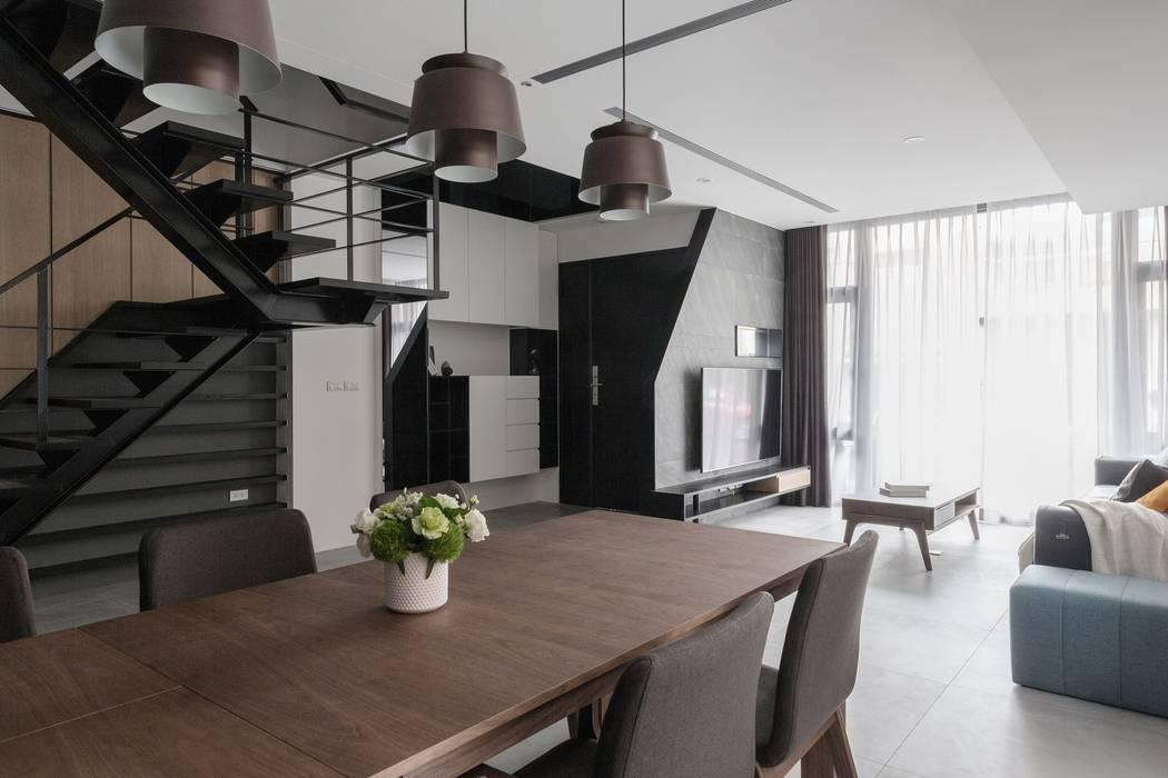 04 现代客厅設計點子、靈感 & 圖片 根據 沃思文化 / 林毅璋建築師事務所 + 乘四研究所 現代風