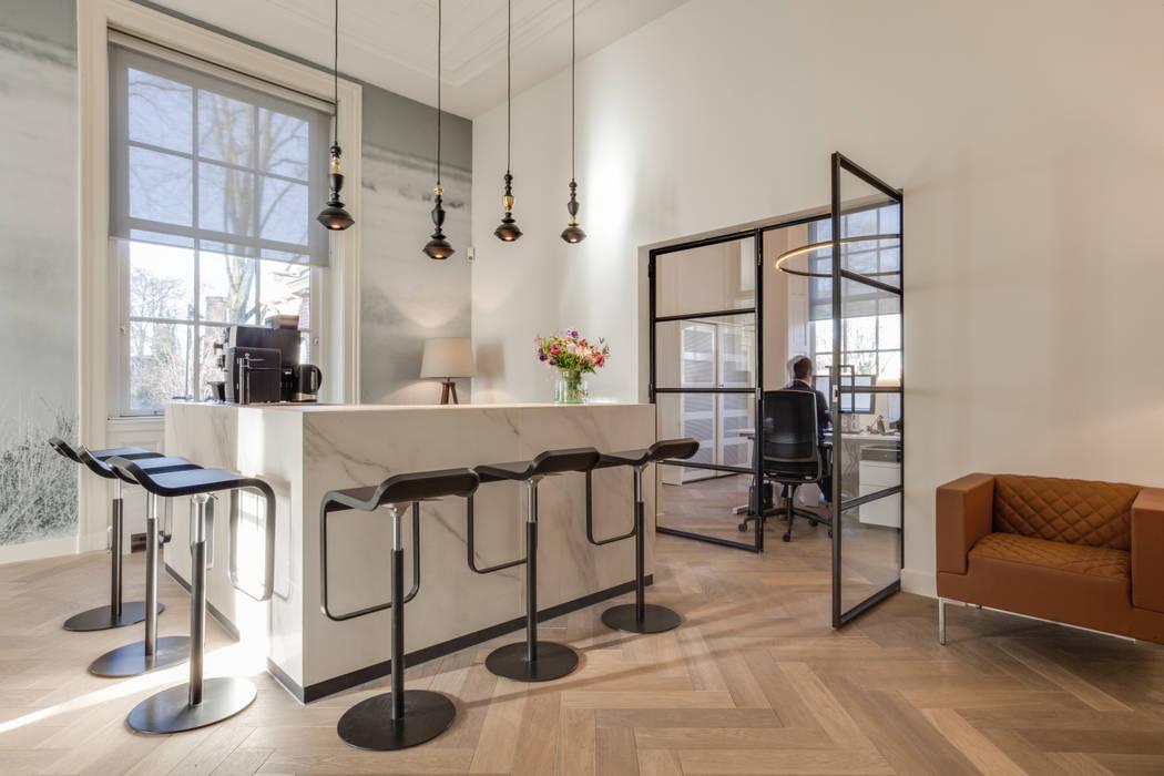 reception and pantry:  Kantoor- & winkelruimten door Dineke Dijk Architecten