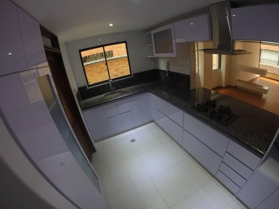 Cocina MB: Cocinas integrales de estilo  por MODE ARQUITECTOS SAS, Moderno Madera Acabado en madera