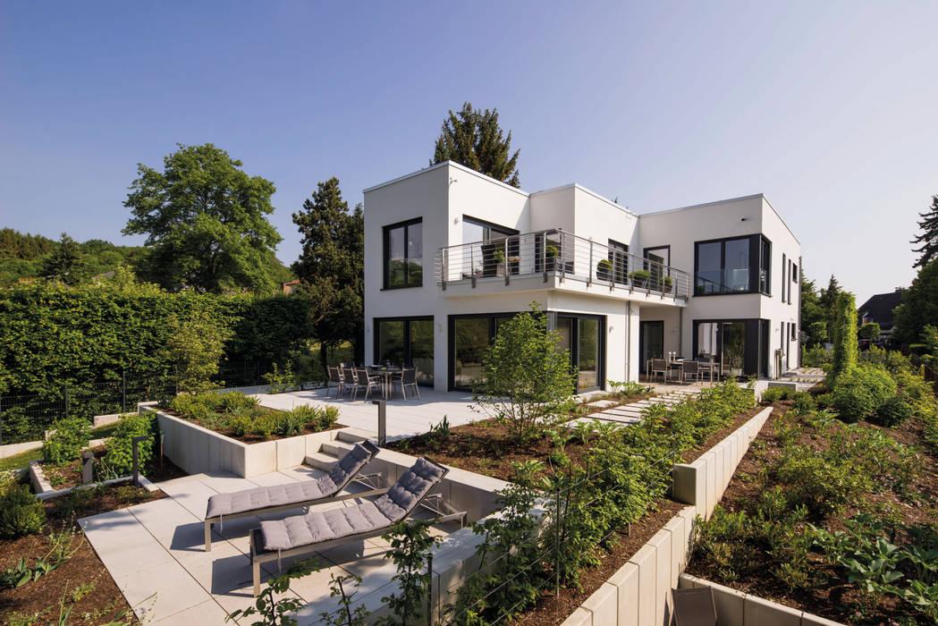 BAUHAUS-UNIKAT - Das weitläufige Anwesen der Familie ist ein echter Hingucker.:  Fertighaus von FingerHaus GmbH - Bauunternehmen in Frankenberg (Eder)
