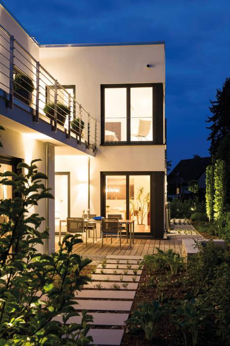 BAUHAUS-UNIKAT - Die große Terrasse bietet Platz zum Sonnen und Grillen.:  Fertighaus von FingerHaus GmbH - Bauunternehmen in Frankenberg (Eder)