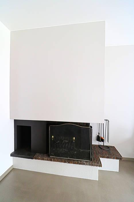 Cheminée modernisée: Salon de style de style Moderne par Anne Lapointe Chila
