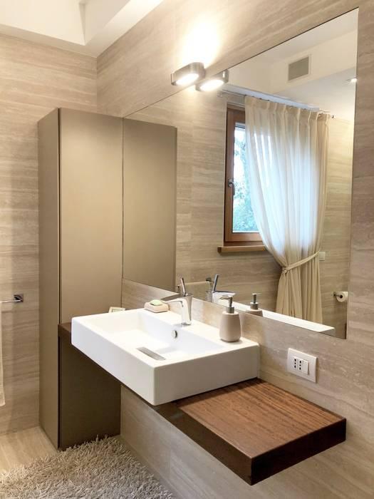 bagno accessibile e di charme: Bagno in stile in stile Moderno di Arch. Silvana Citterio