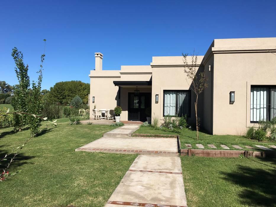 CASA CLASICA EN HARAS SAN PABLO: Casas unifamiliares de estilo  por Estudio Dillon Terzaghi Arquitectura - Pilar