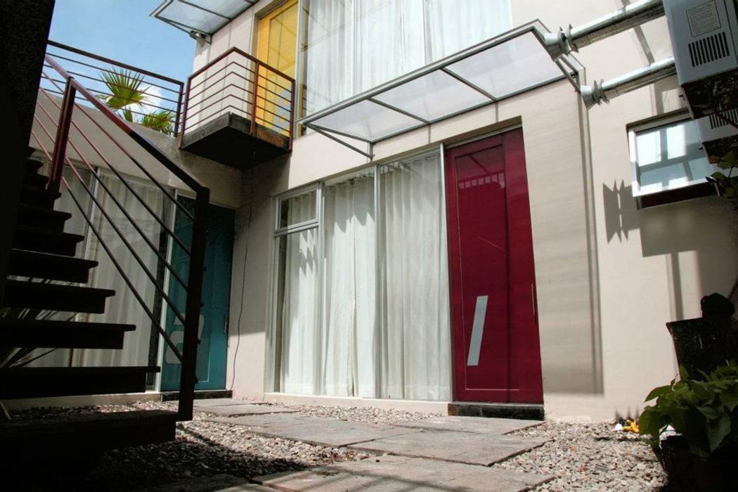 Patio Interior cceso estudios: Casas multifamiliares de estilo  por RIVAL Arquitectos  S.A.S.