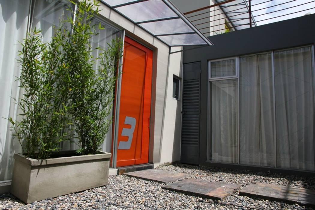 Acceso Aparta Estudio 3 Puertas modernas de homify Moderno Vidrio
