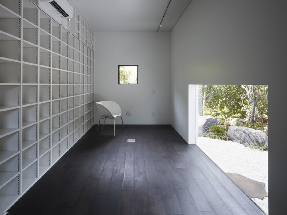 IN アトリエとライブラリーのある家: 山縣洋建築設計事務所が手掛けたフローリングです。,モダン