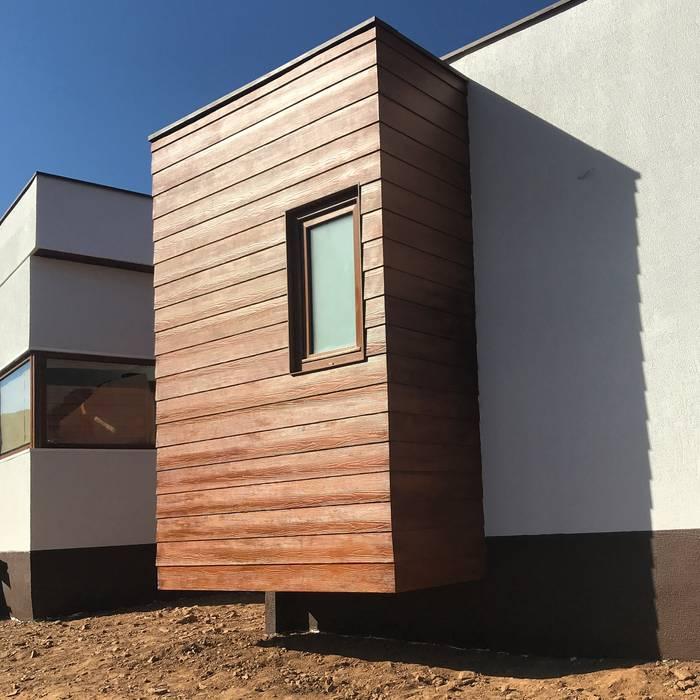 Fachada madera. Vivienda Premium 125m2 Fundo Loreto. de Territorio Arquitectura y Construccion - La Serena Moderno Derivados de madera Transparente
