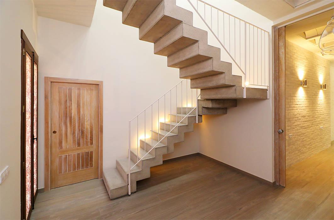Escalera con peldañeado de hormigon visto superior e inferior: Escaleras de estilo  de linkehome arquitectura
