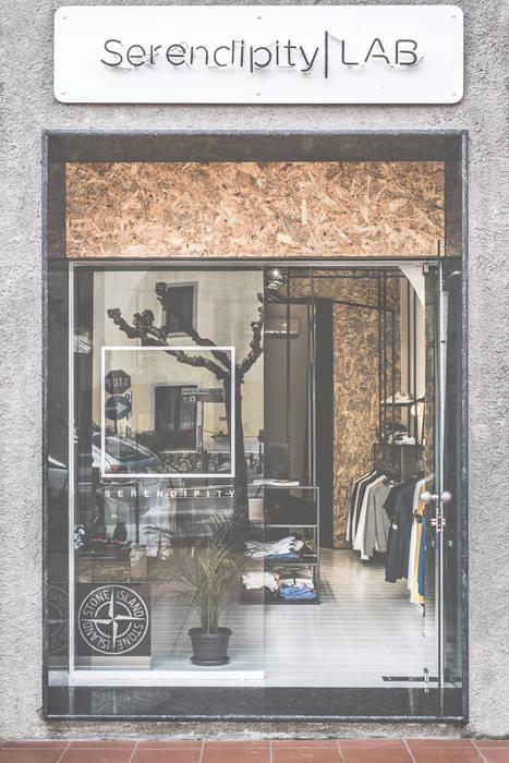 Serendipity LAB: Spazi commerciali in stile  di MODO Architettura