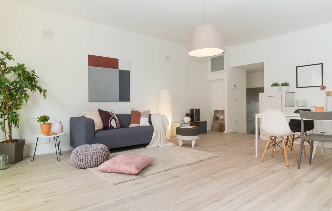 """Home staging di bilocale in vendita  """"I Giardini di Casbeno"""" Varese: Soggiorno in stile  di Boite Maison"""