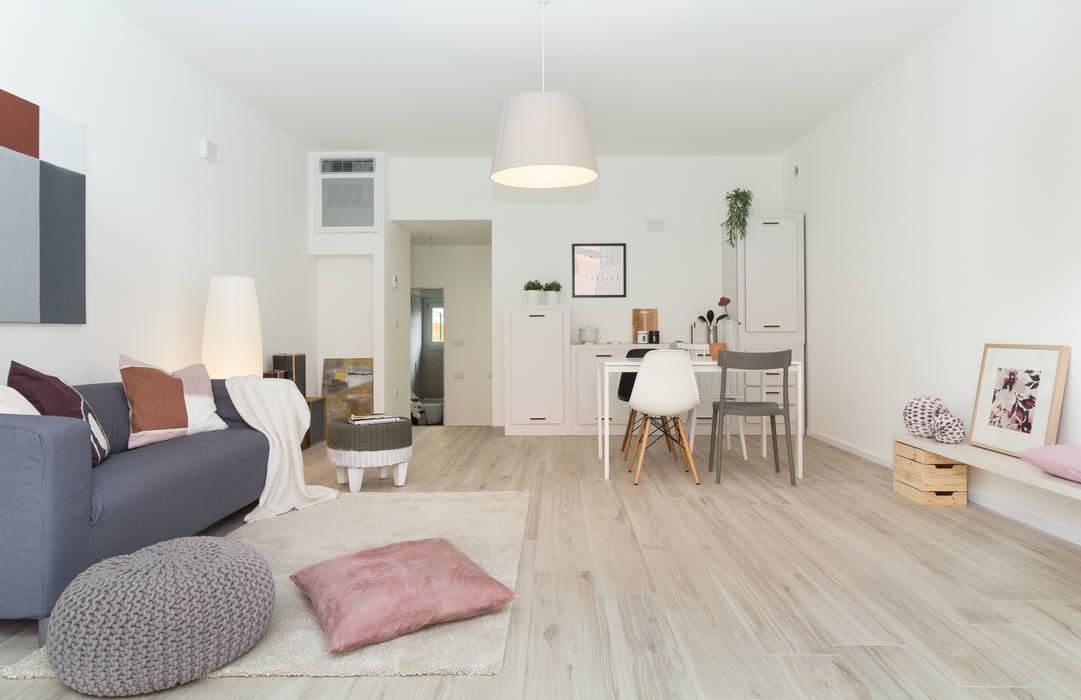 """Home staging di bilocale in vendita  """"I Giardini di Casbeno"""" Varese: Soggiorno in stile in stile Moderno di Boite Maison"""