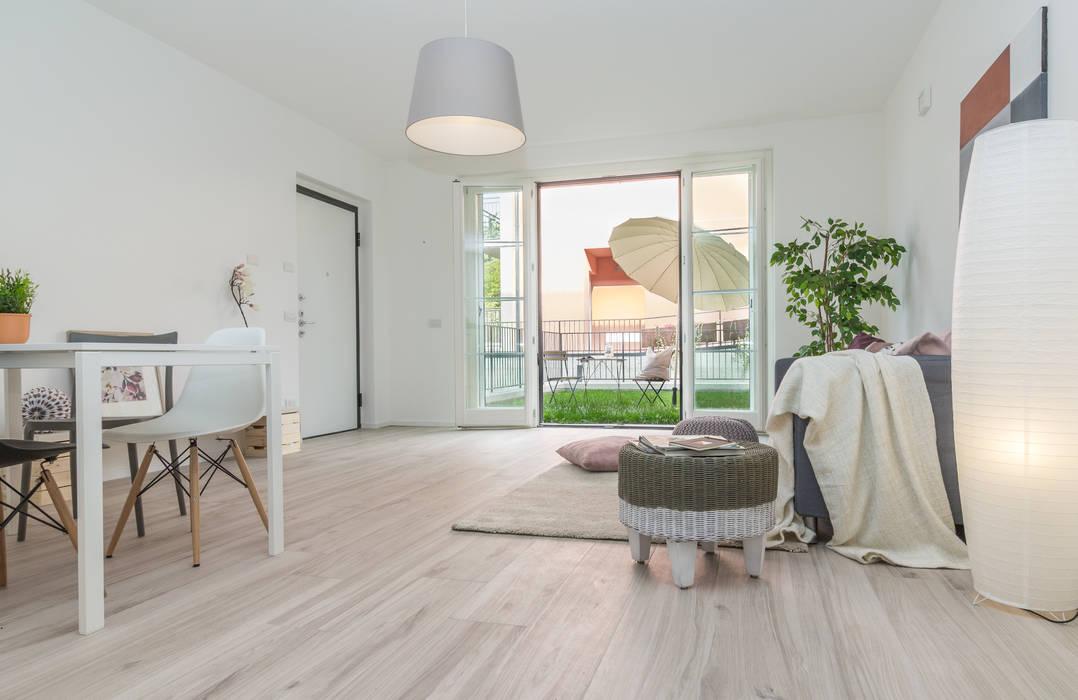 """Home staging di bilocale in vendita """"I Giardini di Casbeno"""" Varese Boite Maison Soggiorno moderno"""