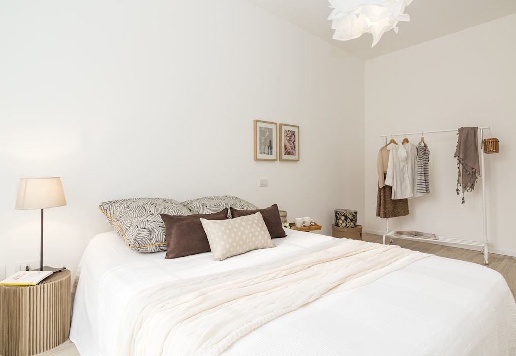 """Home staging di bilocale in vendita  """"I Giardini di Casbeno"""" Varese: Camera da letto in stile  di Boite Maison"""