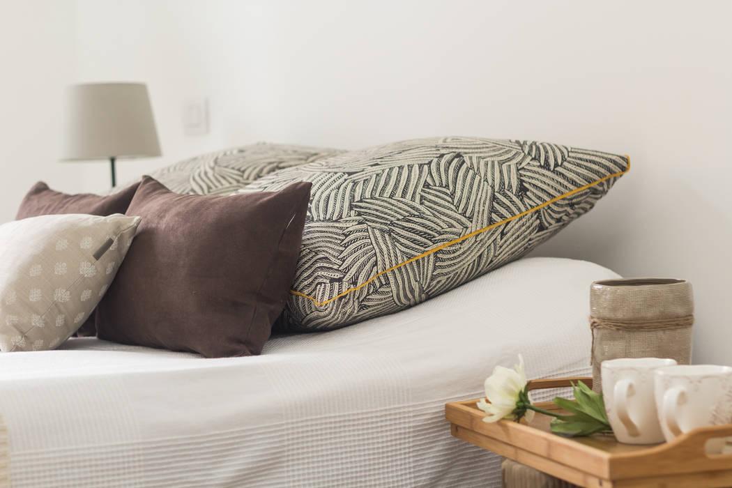 """Home staging di bilocale in vendita  """"I Giardini di Casbeno"""" Varese: Camera da letto in stile in stile Moderno di Boite Maison"""