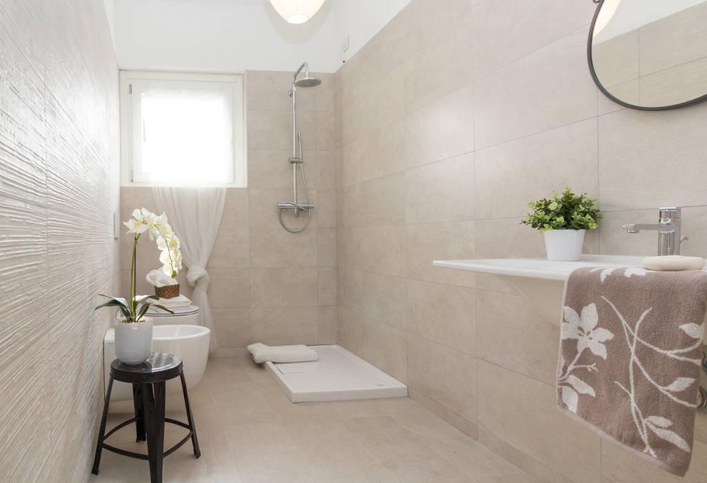 """Home staging di bilocale in vendita  """"I Giardini di Casbeno"""" Varese: Bagno in stile in stile Moderno di Boite Maison"""