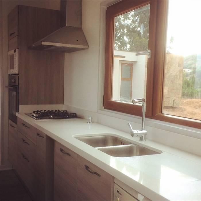 Mueble lavaplatos y Columna Hornos cocina. Vivienda Lt37 Premium 125m2 Fundo Loreto.: Muebles de cocinas de estilo  por Territorio Arquitectura y Construccion - La Serena