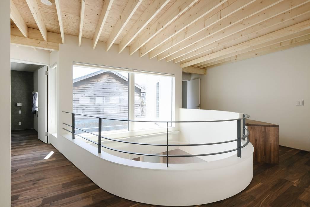 曲面吹き抜け: 富谷洋介建築設計が手掛けた廊下 & 玄関です。,