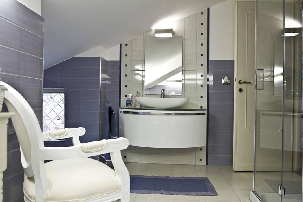 Il bagno: Bagno in stile in stile Moderno di Archihouse
