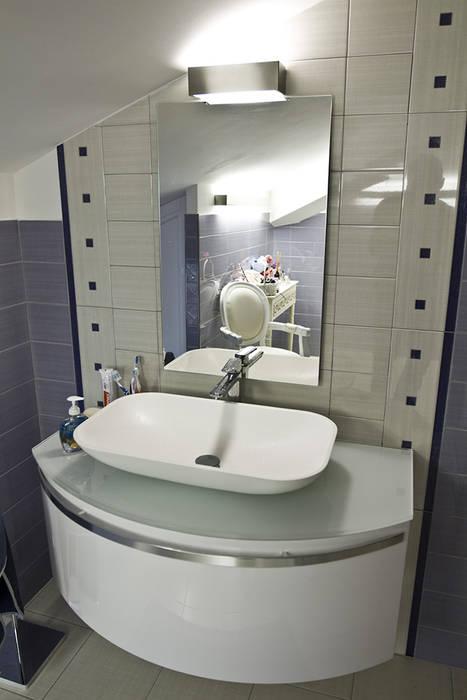 Lavabo: Bagno in stile in stile Moderno di Archihouse