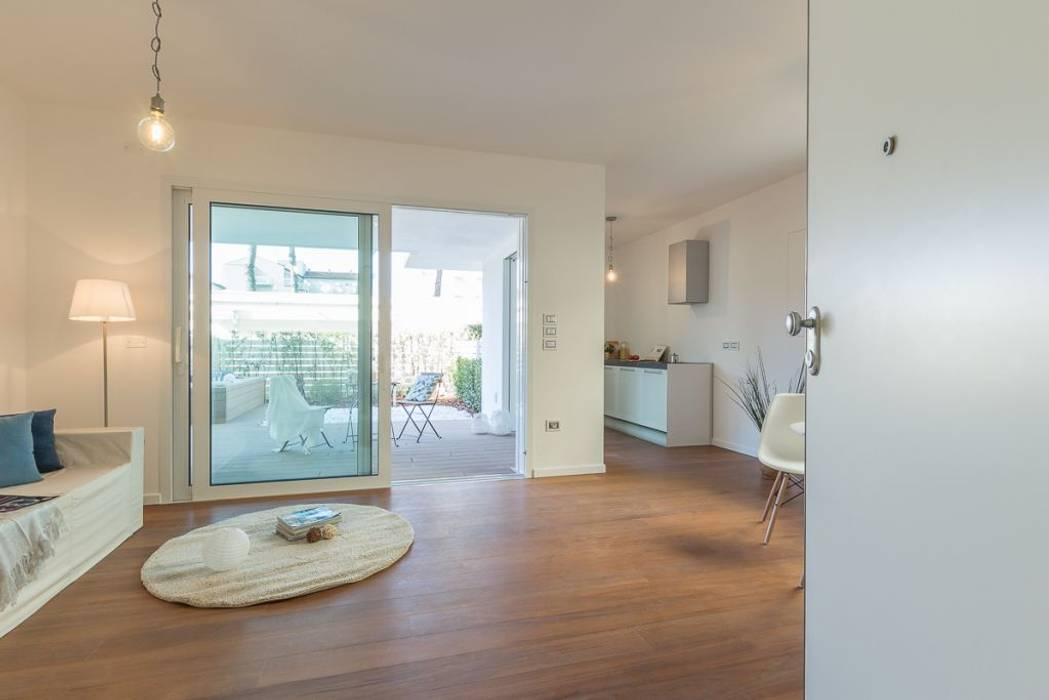 Home Staging per la vendita a Milano Marittima: Soggiorno in stile in stile Minimalista di Anna Leone Architetto Home Stager